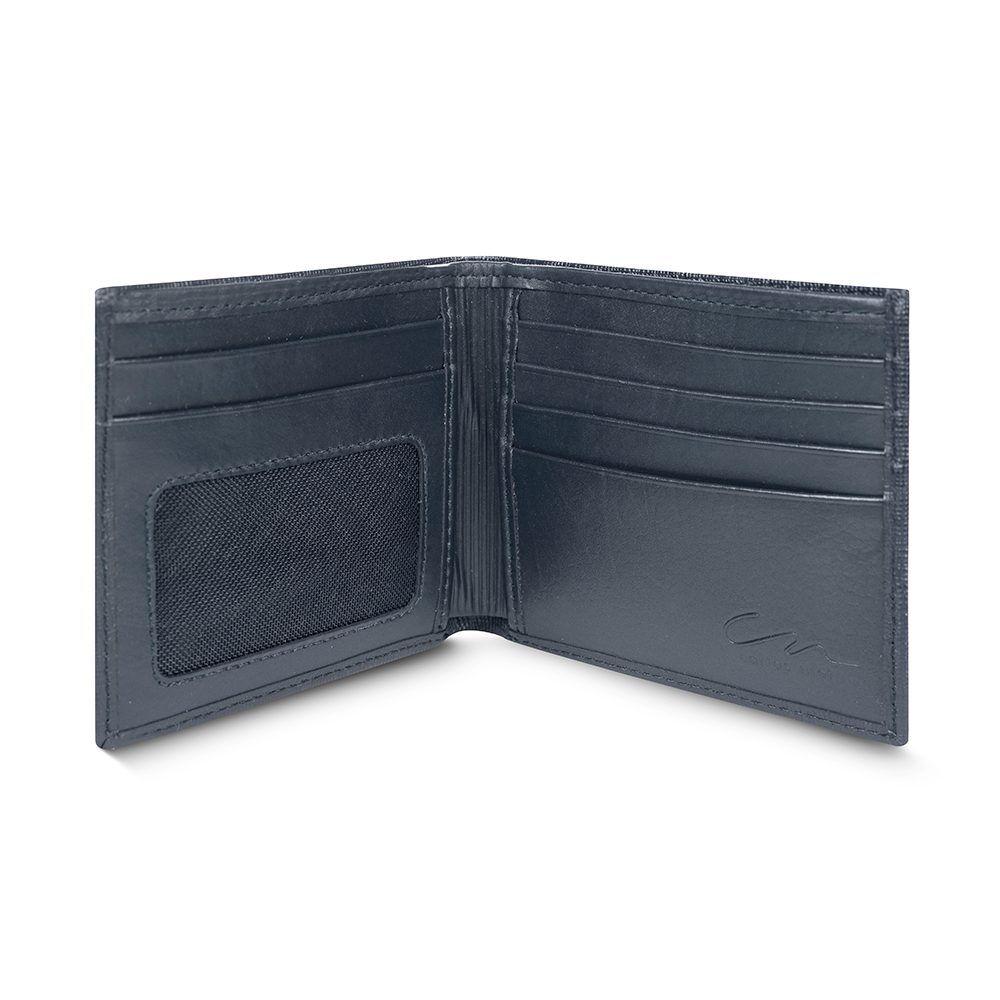 Billetera azul con exterior texturizado y placa metálica CN.