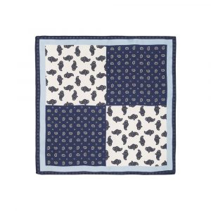 Pañuelo azul con estampado de arabescos en diferentes tamaños, flores y marco azul claro en seda de origen Español.