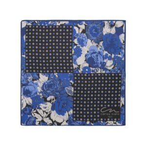 Pañuelo con cuatro estampados florales en tonos azules, blanco y gris en seda de origen Español.