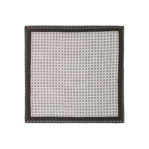 Pañuelo con estampado geométrico y cenefa negra en seda de origen Español.