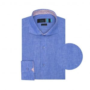Camisa azul en lino. Silueta relajada.